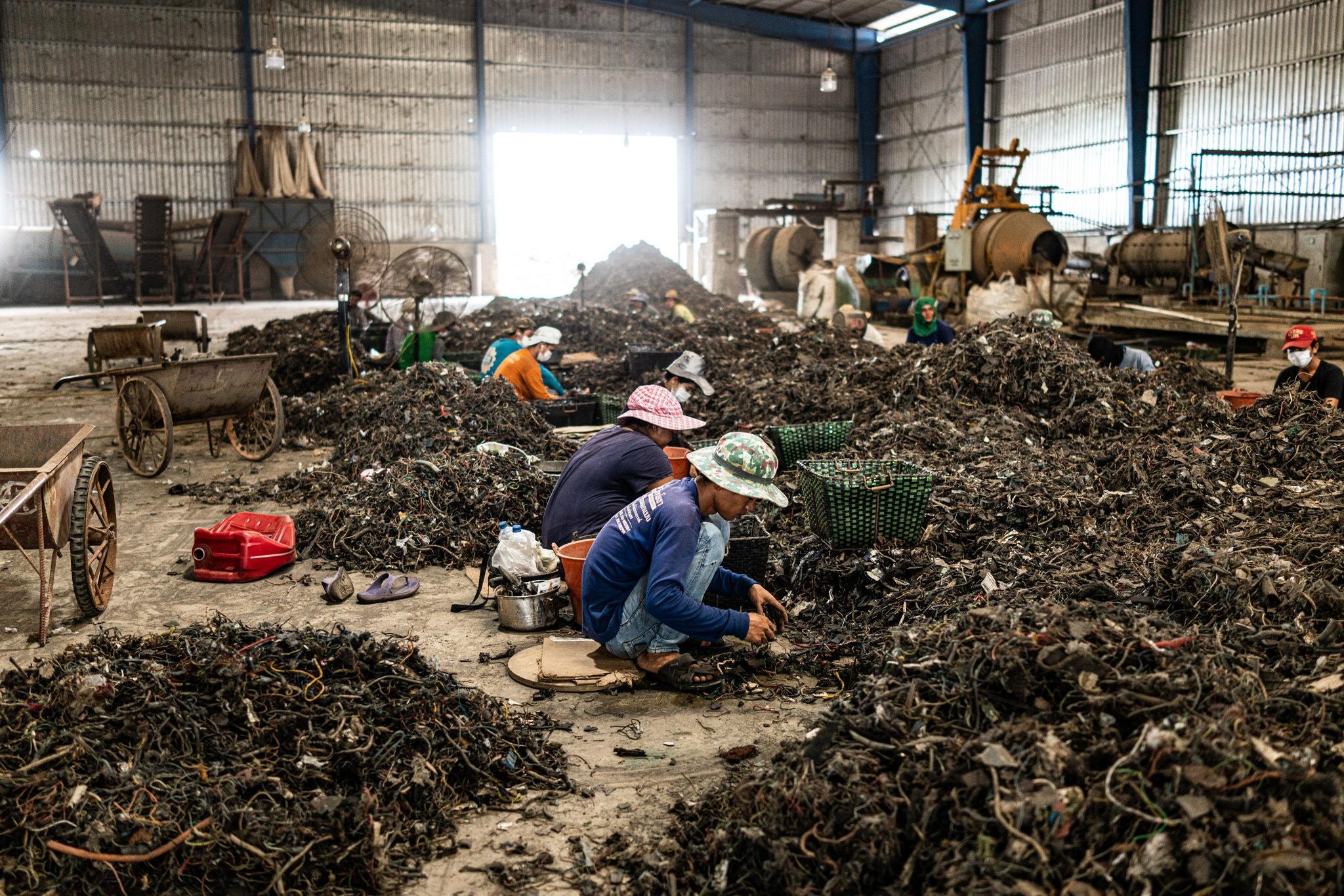 Hannah Beech,  Ryn Jirenuwat: The Price of Recycling Old Laptops